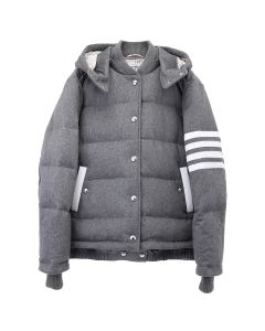 [お問い合わせ商品] THOM BROWNE. 4 BAR DOWNFIELD SNAP FRONT DETACHABLE HOOD BOMBER IN JACKET WEIGHT CASHMERE / 035 : MED GREY